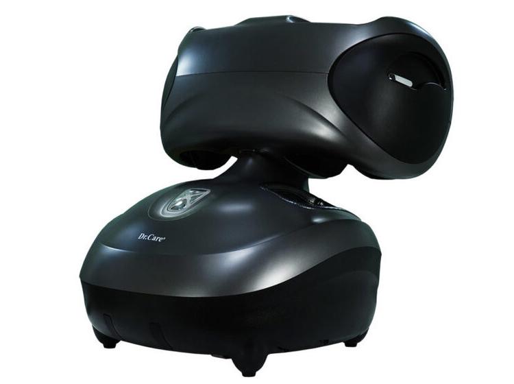 Máy massage chân Dr.Care DR-FM336  được đúc nguyên khối bằng vật liệu ABS composite, có thể massage cho 2 người cùng lúc. Ngoài chân, máy có thể massage cánh tay với kỹ thuật 3D HLME như bàn tay con người bao gồm rung, lăn, xoa, vuốt, miết, chà xát, cuộn tròn, ấn huyệt. Chức năng xông nóng bằng tia hồng ngoại giúp góp phần hỗ trợ giảm đau và kích thích lưu thông mạch máu. Máy nặng 8,5 kg, kích thước 54,5 x 47 x 59,5 cm, sạc pin tại nguồn điện 220 V. Một lần sạc pin đầy có thể sử dụng 2 giờ liên tục, tương đương 8 suất massage. Sản phẩm có hai màu trắng hoặc đen, bảo hành 10 năm.