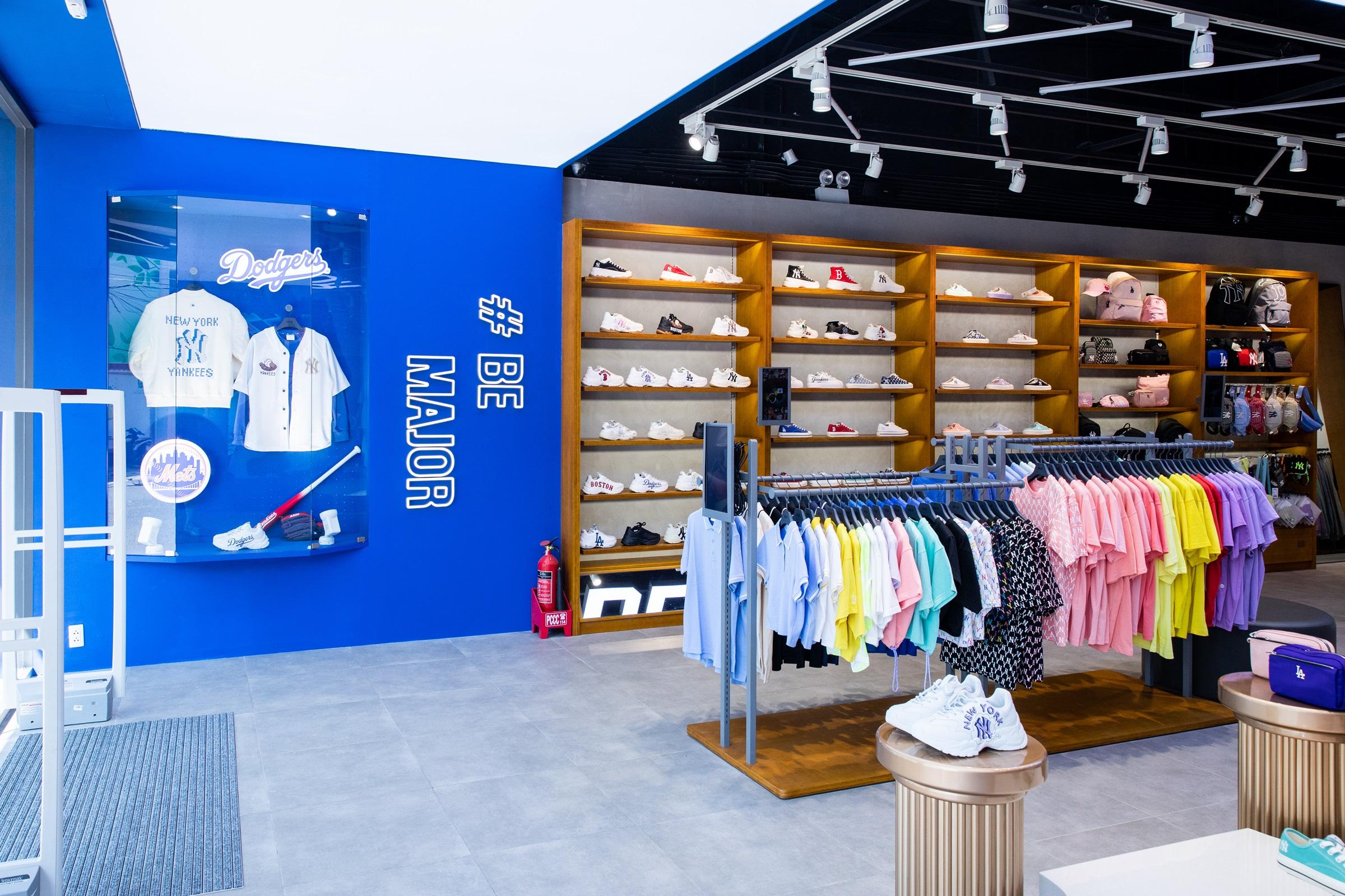 Những chiếc áo phông oversize, mũ lưỡi trai hay sneakers dáng chunky in logo nổi bật vượt ra khuôn khổ của những món thời trang và trở thành một phần của văn hóa streetwear.