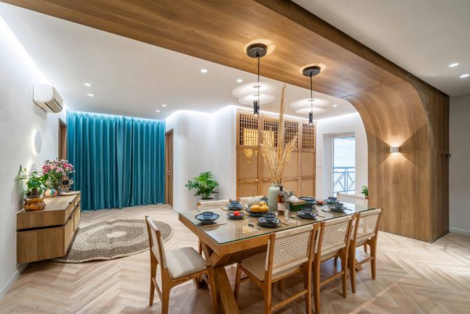 Điểm nhấn cho khu vực này chính là hệ trần được ốp gỗ kéo dài đến tường và uốn cong cách điệu; kết hợp cùng đèn thả trần tạo nên cảm giác thoải mái và mang tới sự ấm áp.
