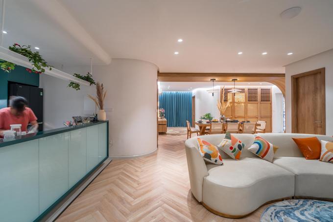 Với lợi thế về diện tích nên không gian rộng rãi và thoải mái. Phòng khách, bếp và khu vực ăn được thiết kế theo không gian mở.