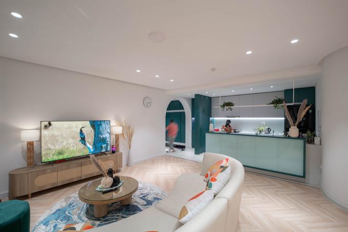 Phòng bếp là sự kết hợp của hai mảng màu xanh cổ vịt và trắng cho các hệ tủ, được thiết kế tiện nghi, đầy đủ các vật dụng, đáp ứng sự gọn gàng và ngăn nắp.