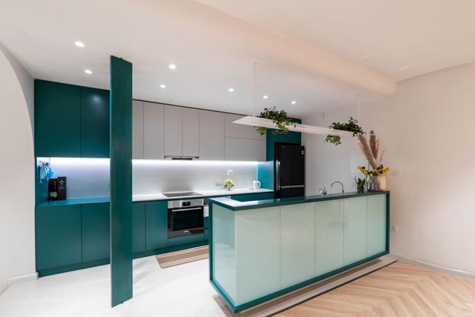 Chủ nhà dùng thêm cỏ lau, hoa và cây xanh để căn bếp sinh động.