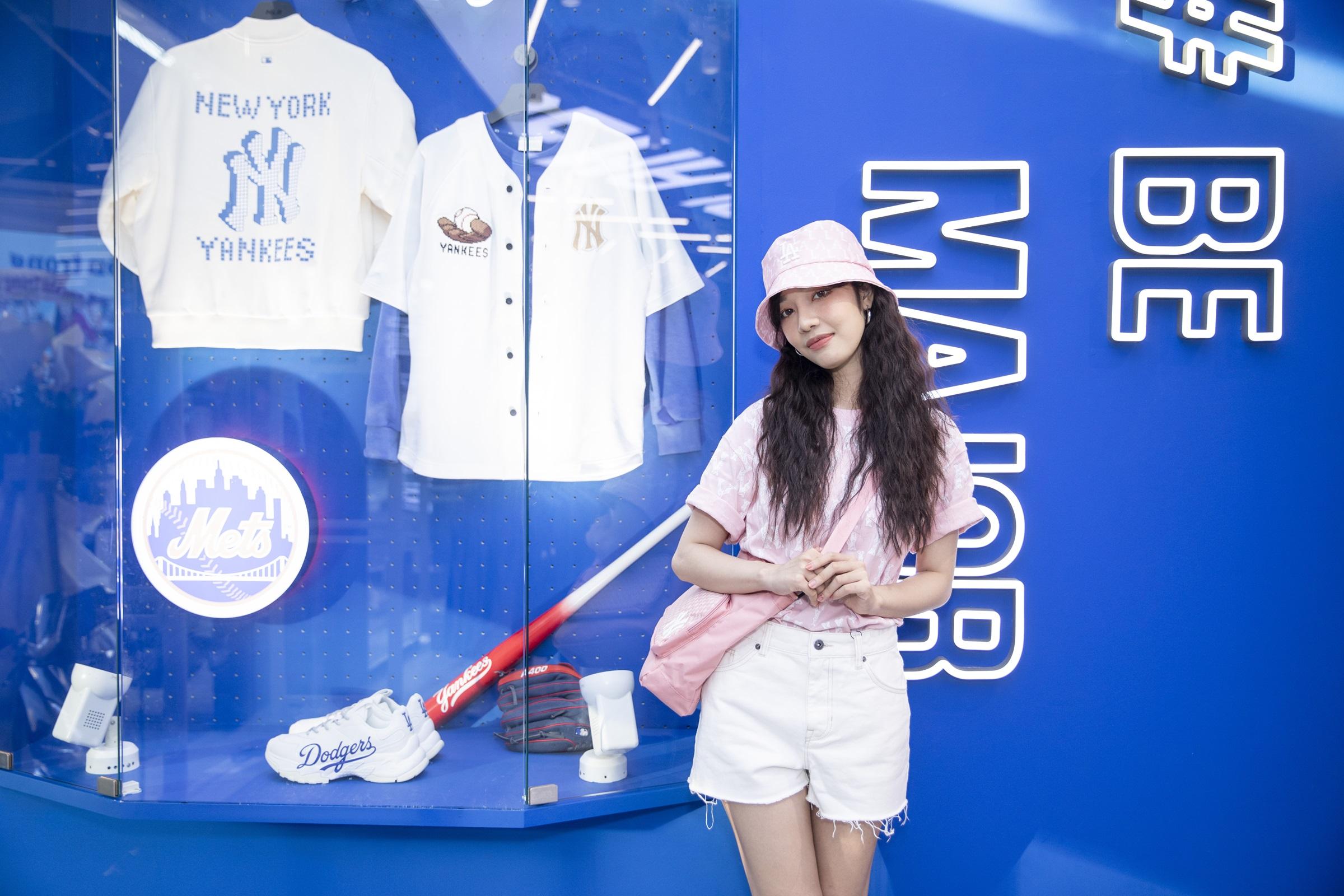 Trái với phong cách nữ tính thường ngày, Hoàng Duyên xuất hiện năng động và cá tính với loạt item từ MLB.