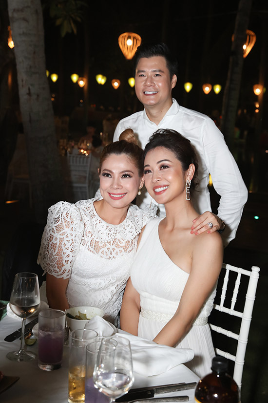 Ở buổi tiệc sau liveshow, Quang Dũng vui vẻ chụp ảnh kỷ niệm cùng vợ cũ Jennifer Phạm và tình cũ - Búp Bê Thanh Thảo.
