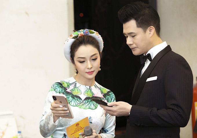 Cuối tháng 1/2019, Jennifer Phạm và Quang Dũng cùng bàn luận kịch bản tại hậu trường chương trình Xuân quê hương 2019.