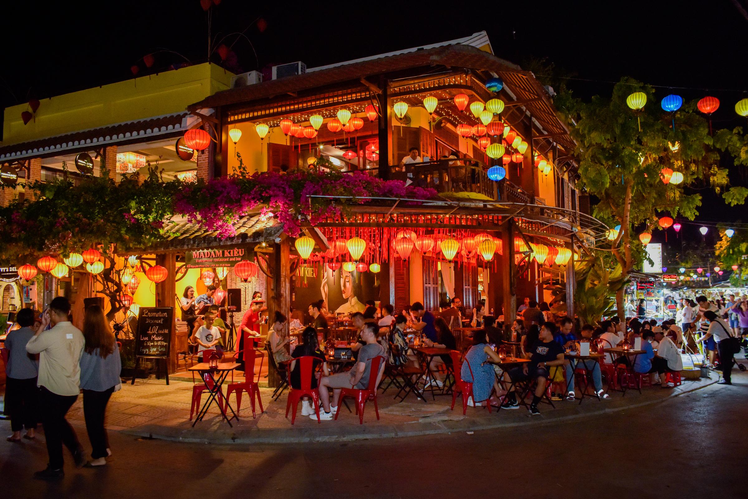 Madam Kiều tọa lạc trên đường Nguyễn Phúc Chu, nằm ngay khu chợ đêm sầm suất.