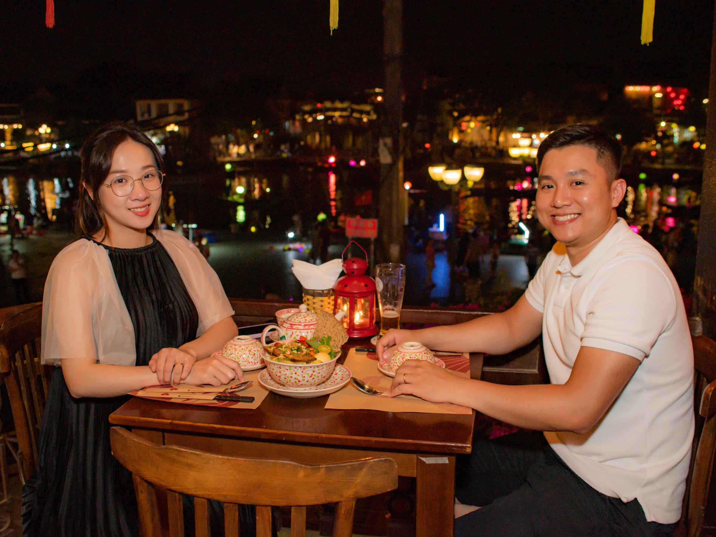Món ăn, thức uống ngon; ngắm phố phường và dòng sông Hoài thơ mộng tại Madam Kiều thu hút du khách đến Madam Kiều.