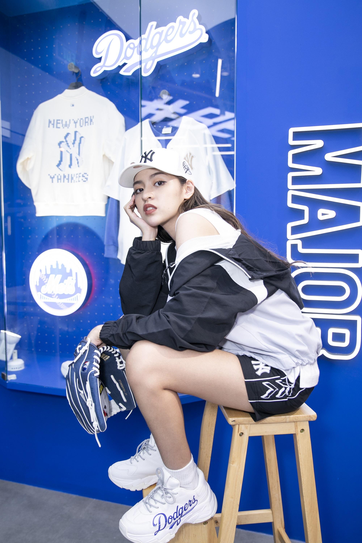 Cô nàng Trứng rán cần mỡ Thanh Tâm khoe dáng trong bộ cánh MLB.Dù phong cách thường ngày thiên về thanh lịch, nữ tính hay gợi cảm, cả ba cô gái đều bị thu hút bởi item đường phố chất từ thương hiệu Hàn.