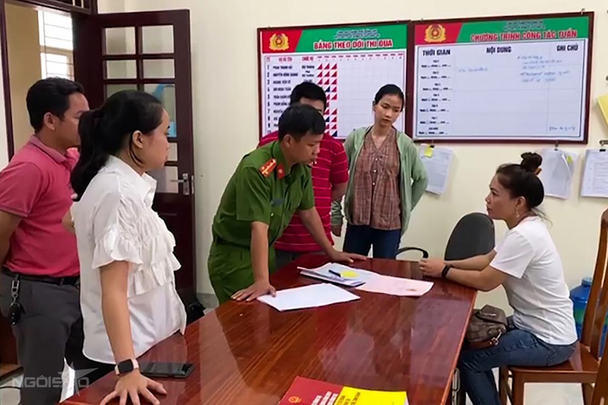 Bà Phương (phải) làm việc với nhà chức trách. Ảnh: Hà Thương