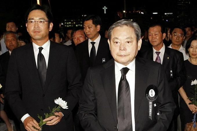 Cố Chủ tịch Tập đoàn Samsung Lee Kun Hee và con trai Lee Jae-yong năm 2010. Ảnh: Reuters.