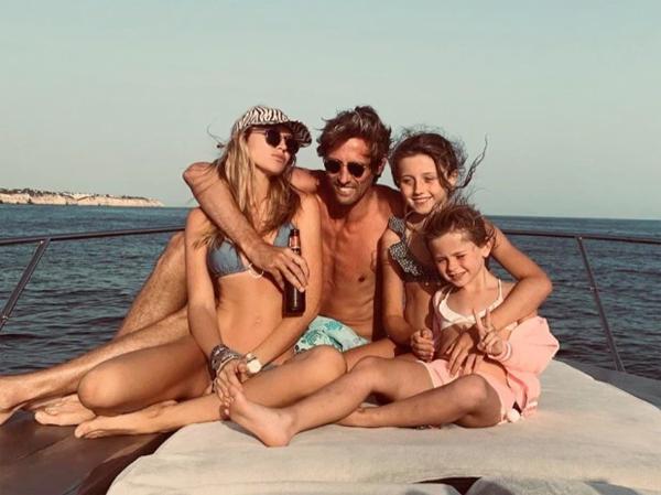 Vợ chồng Crouch bên hai cô con gái lớn Sophia và Liberty trong một kỳ nghỉ. Ảnh: Instagram.