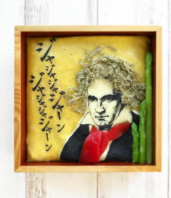 Chân dung nhà soạn nhạc Mozart được thể hiện sinh động với trứng, măng tây, cá ngừ...