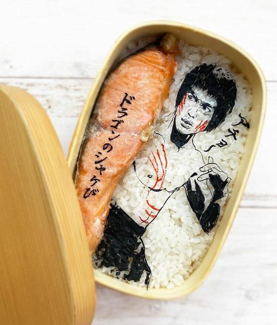 Diễn viên Lý Tiểu Long xuất thần trên hộp cơm bento của Matsuura. Hộp cơm đơn giản thường chỉ có cơm trắng phía dưới làm nền, cá ngừ và trang trí bằng rong biển.