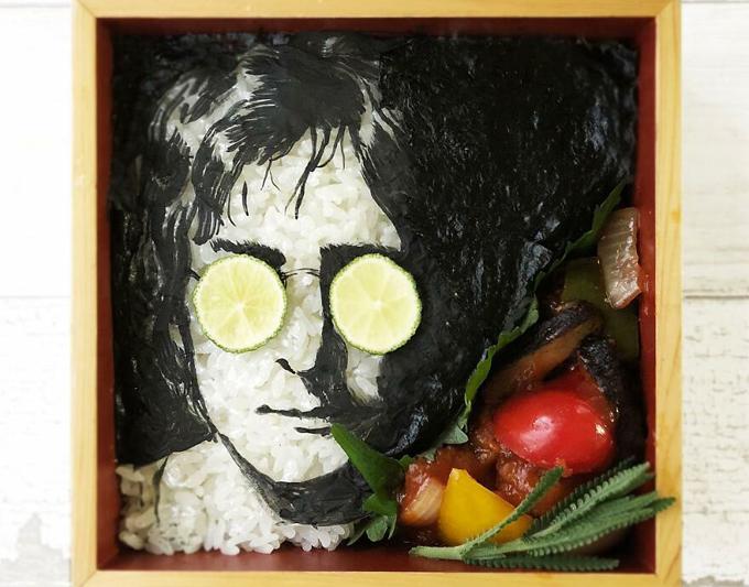 Hộp cơm khắc họa chân dung huyền thoại John Lennon có thêm các chi tiết trang trí bằng cà chua, ớt chuông và hành tây...