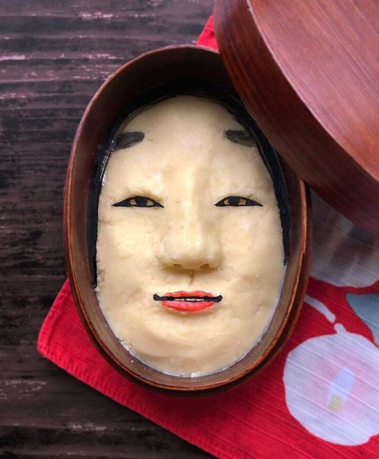 Đôi khi, Mika gây shock bằng tạo hình hộp cơm là gương mặt của một nghệ sĩ kịch Noh - một loại hình nghệ thuật truyền thống Nhật Bản. Thông thường, các nghệ sĩ này sẽ trang điểm mặt khá kỹ và nổi bật với lớp phấn trắng toát. Phần này được Mika sử dụng bằng khoai nghiền.