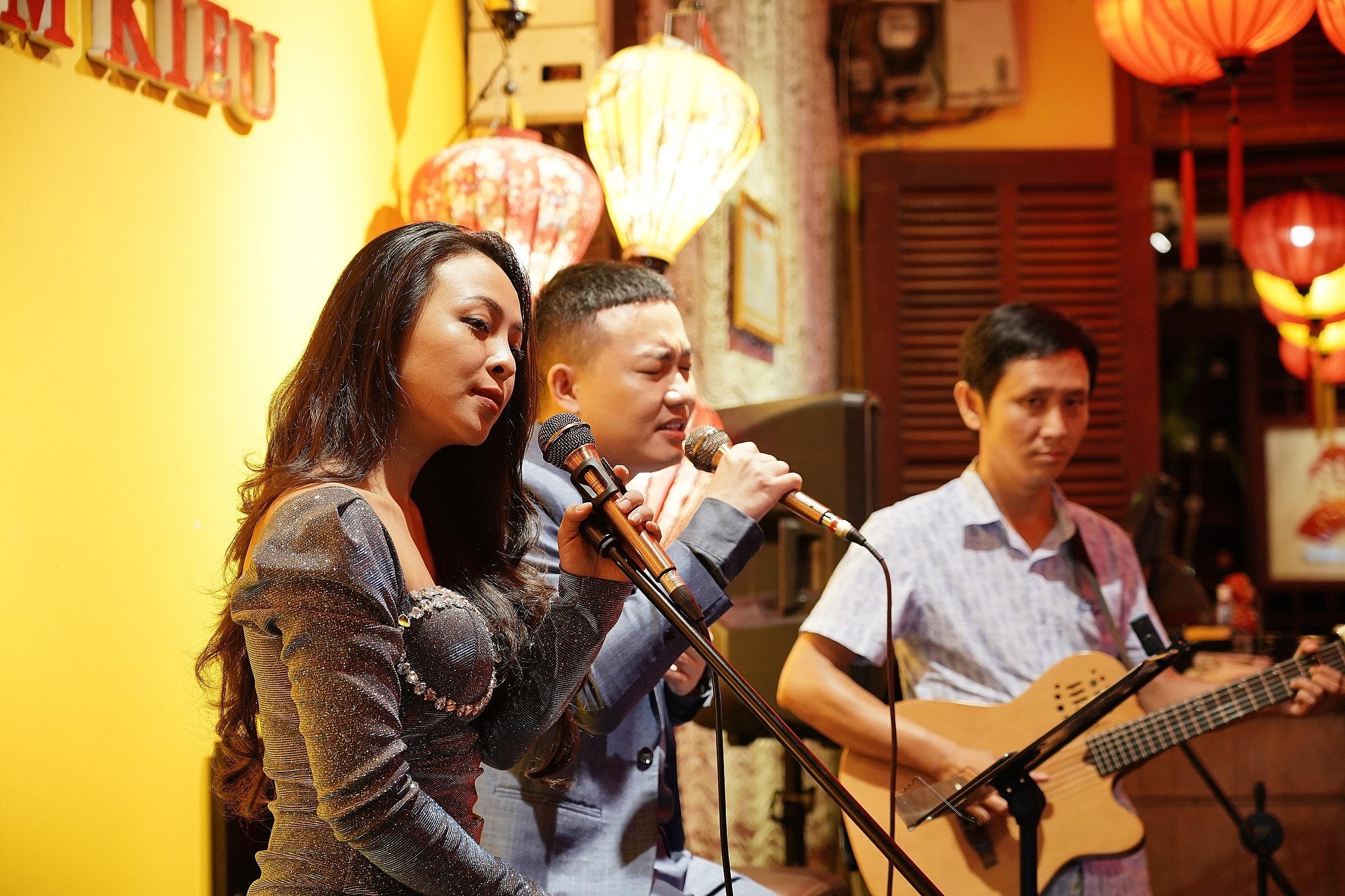 Tại Madam Kiều, chương trình biểu diễn nhạc sống diễn ra hàng đêm.