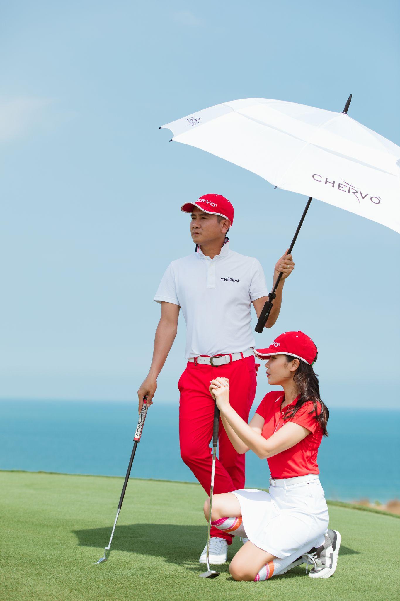 Vợ chồng sao cho biết giành nhiều thời gian chơi thể thao rèn luyện sức khỏe và hâm nóng tình cảm, trong đó đặc biệt thích golf. Họ là tín đồ của thương hiệu thời trang từ Italy - Chervo, thường mặc đồng điệu mỗi khi ra sân.