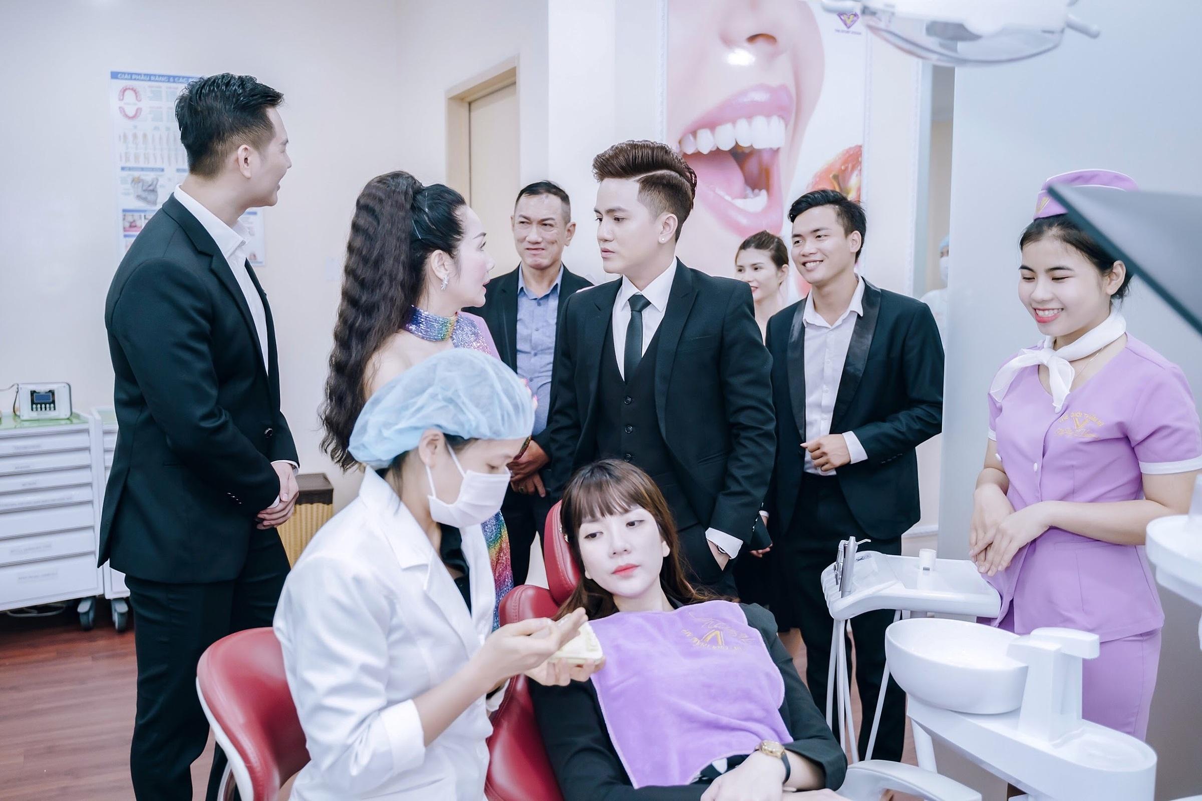 Ca sĩ Khưu Huy Vũ tham quan cơ sở làm đẹp tại  Vivian Group.
