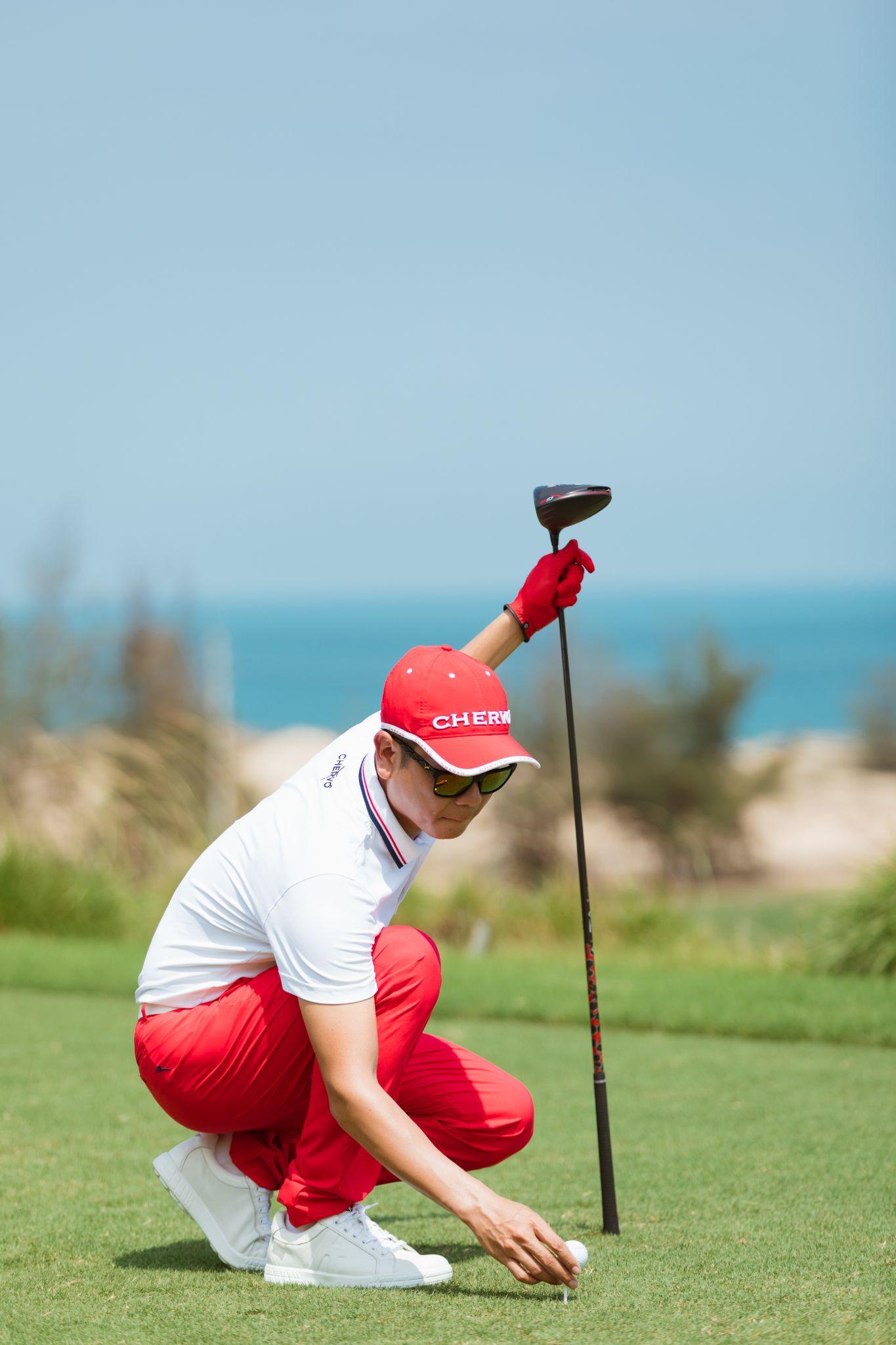 Hồ Hoài Anh nổi bật với trang phục, phụ kiện gam đỏ trắng. Anh cho rằng golf không chỉ tăng cường sức khỏe (đi bộ nhiều), mà mục còn rèn tinh thần, sự kiên nhẫn và chính xác.