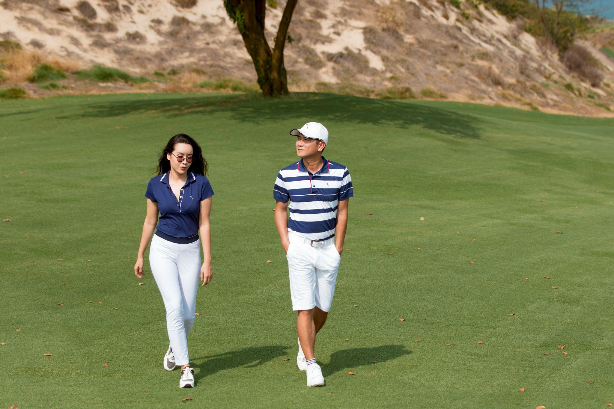 Cặp sao năng động với các thiết kế năng động, gam xanh, trắng. Lưu Hương Giang nhận định golf đưa người chơi qua mọi cung bậc cảm xúc, từ bực bội, tiếc nuối đến vui mừng, thỏa mãn... Ngoài ra, bộ môn này còn gắn liền với thiên nhiên, giúp cô lấy lại năng lượng sau thời gian dài bận rộn.