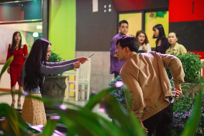 Jun Vũ tấn công Anh Tú trên đường phố.