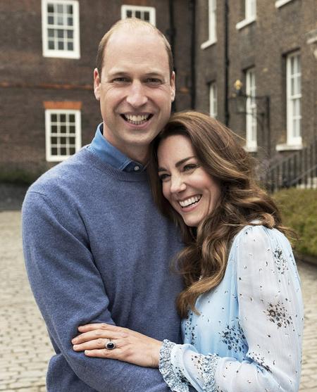 Kate ngả đầu lên ngực chồng, cười rạng rỡ trong ảnh kỷ niệm 10 năm ngày cưới. Ảnh: Camera Press.