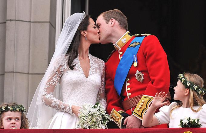 William - Kate hôn nhau trên ban công Điện Buckingham trong đám cưới năm 2011. Ảnh: PA.