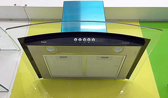 Máy hút mùi kính bếp kính cong Kaff KF-GB706 - Trắng 2.650.000đ (- 50 %)Động cơ turbin hoạt động với công suất hút 1000m3/h cực mạnhLưới lọc hợp kim nhôm Aluminum;5 lớp lọc sạch mùi dầu mỡKính cường lực dày 8mm tráng men bóng cao cấpĐiều khiển phím bấm 3 tốc độLưới lọc nhôm 5 lớp + than hoạt tínhĐèn led 2x2W, Motor 1x170WĐộ ồn maximum 48dB  Đây được coi là dòng máy hiện đại nhất hiện nay, máy hút mùi kính bếp kính cong KAFF KF-GB706 đang rất được người tiêu dùng lựa chọn cho những không gian bếp có thiết kế rộng. Đặc điểm nổi bật của máy hút mùi kính cong thương hiệu KAFF, Công nghệ Đức đó là công suất hút cực mạnh lên đến 1000m3/h, kiểu dáng lại trang nhã, hiện đại đẹp mắt. Máy hút mùi bếp kính cong KAFF KF-GB706 là dòng máy được ưa thích chọn mua nhiều nhất  hiện nay tại Việt Nam.