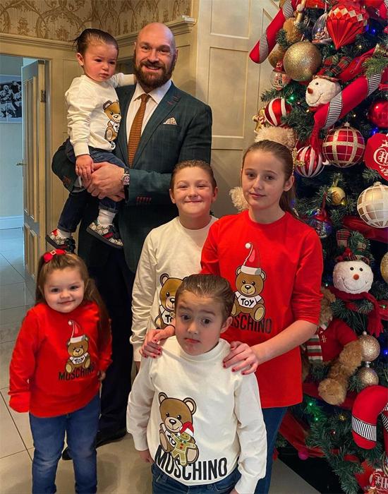 Tay đấm người Anh bên 5 đứa con, chuẩn bị đón em bé thứ 6. Ảnh: Instagram.