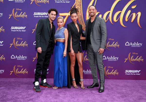 Willow bên bố mẹ và anh trai cùng cha khác mẹ Trey Smith tại lễ ra mắt phim Aladdin.
