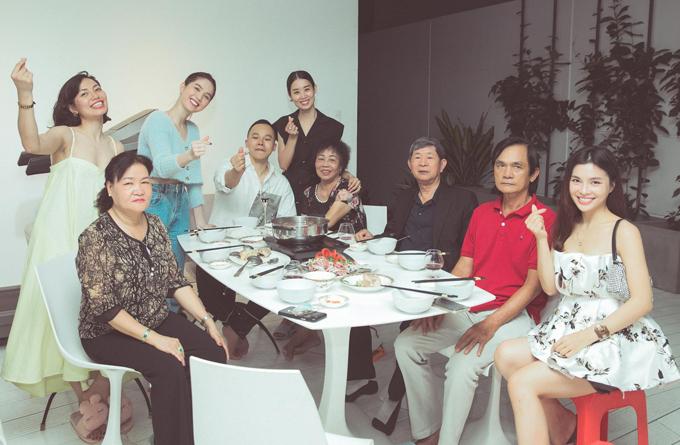 Bố mẹ Vũ Khắc Tiệp sang thăm nhà, ăn cơm cùng bố mẹ Ngọc Trinh hôm 24/4.