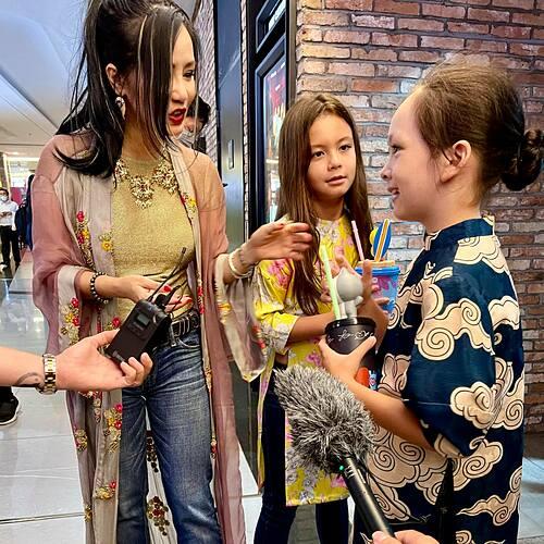 Ca sĩ Hồng Nhung cũng đưa hai con song sinh Tôm - Tép đi xem phim ủng hộ Ngô Thanh Vân.