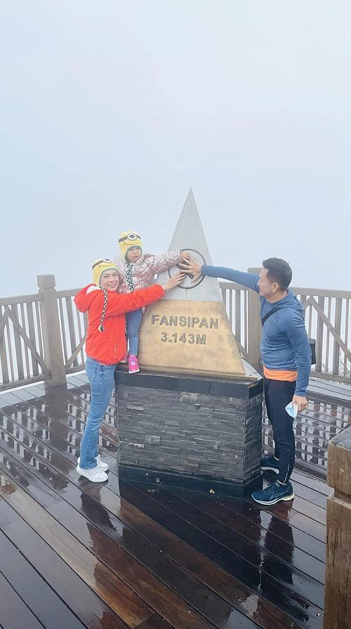 Gia đình Thanh Thảo chinh phục đỉnh Fansipan trong lần đầu du lịch ở Sapa.
