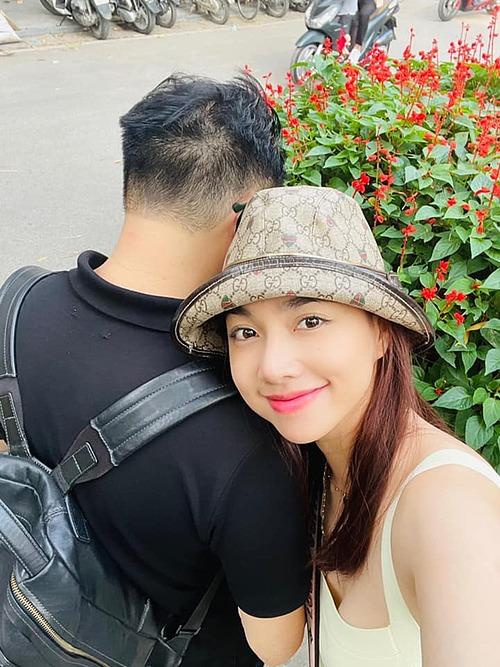 Vợ chồng Đinh Ngọc Diệp - Victor Vũ dạo chơi ở Hà Nội.