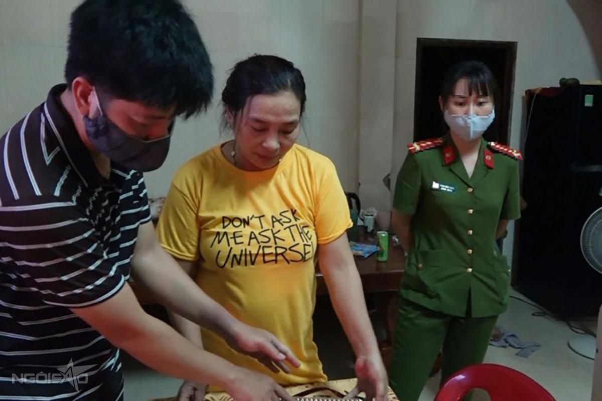 Bà Hà (giữa) bị lập biên bản phạm tội quả tang khi tổ chức bán dâm tại nhà riêng. Ảnh: Trần Tuấn