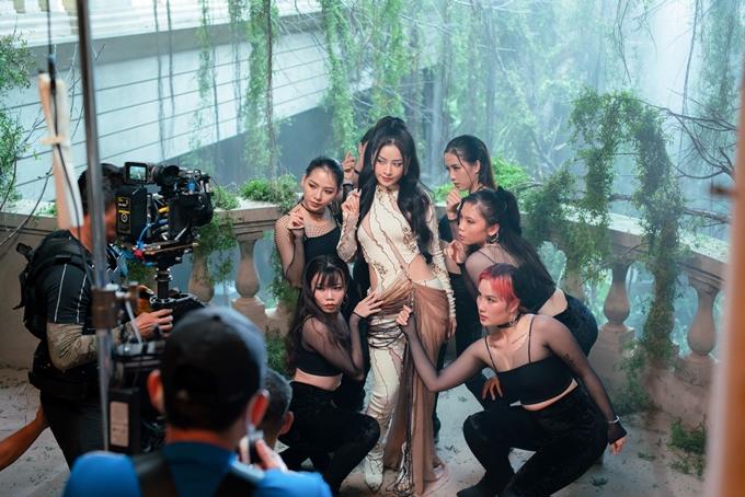 Chi Pu quay MV nhạc phim Thiên thần hộ mệnh.