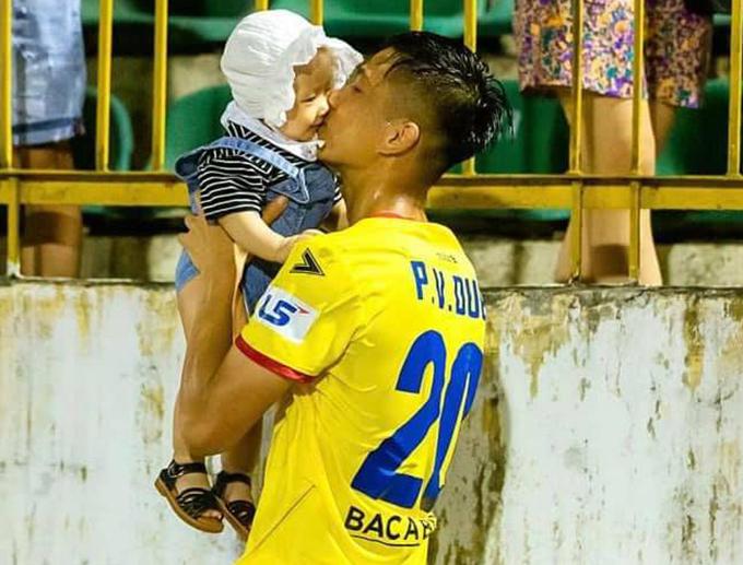 Bé Dâu Tây thường xuyên được mẹ đưa tới sân để cổ vũ cho bố Phan Văn Đức trong các trận đấu sân nhà của SLNA mùa này. Ảnh: NL.