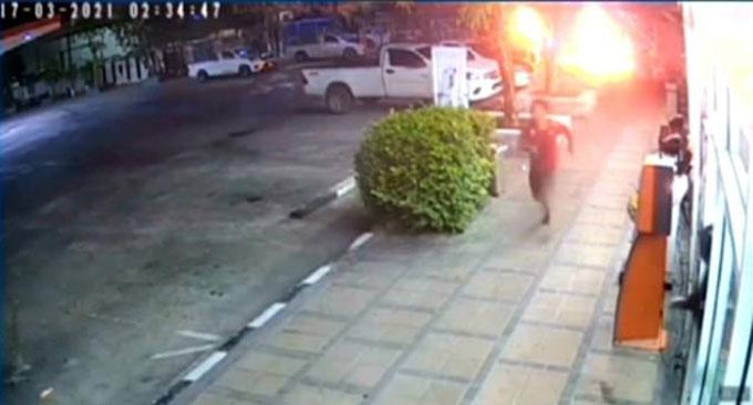 Niwat Chankaew bỏ chạy sau khi ném bom xăng làm nổ xe của vợ cũ ở Thái Lan hôm 17/3. Ảnh: Viral Press.