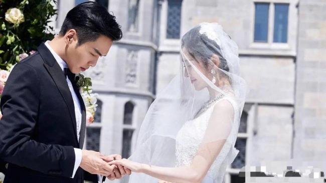 Trương Nhược Quân trong đám cưới với diễn viên Đường Nghệ Hân.