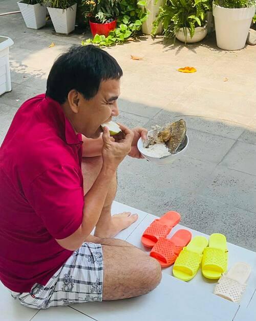 Cuộc sống bình dị của MC Quyền Linh: Ăn cá chiên và có sở thích đi dép tổ ong.