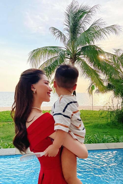 Hoà Minzy ngắm hoàng hôn cùng con trai khi nghỉ dưỡng ở Phú Quốc.