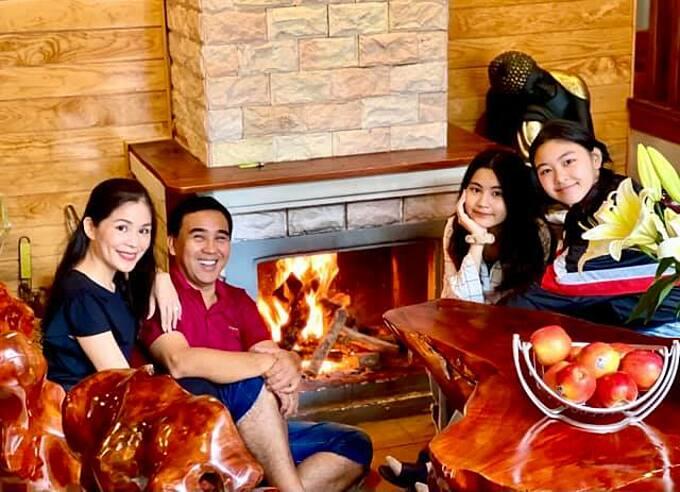 Vợ chồng Quyền Linh và hai con gái quây quần ấm cúng bên bếp lửa trong chuyến du lịch ở Đà Lạt.