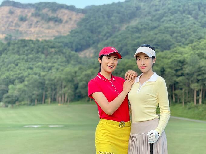 Hai hoa hậu Ngọc Hân và Đỗ Mỹ Linh đọ sắc bên nhau trong trang phục chơi golf. Ngọc Hân được khen trẻ trung, xinh đẹp không kém đàn em dù hơn tới 7 tuổi.