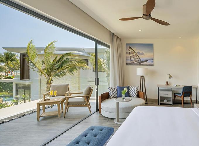 Resort có tới hơn 10 hạng phòng, phù hợp với mọi nhu cầu nghỉ dưỡng của du khách. Trong đó, có nhiều căn villa 2 tầng, có từ 2 đến 4 phòng ngủ, có view hướng ra biển. Thiết kế nội thất hiện đại, tone màu sáng sủa, mang lại cảm giác thư thái.