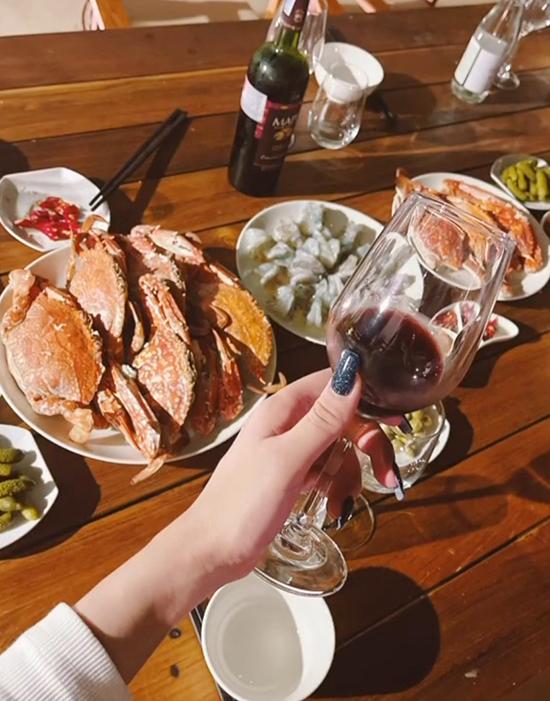 Mẹ đảm Diệp Lâm Anh không quên trổ tài vào bếp với bữa tiệc hải sản ngay cạnh hồ bơi riêng tại villa. Người đẹp cho biết các món ăn do cô một tay tự chuẩn bị với nhiều món hấp dẫn như cua ghẹ hấp, tôm hấp, ngao, các loại thịt jambon, lẩu hải sản và nhậu cùng rượu vang đỏ.