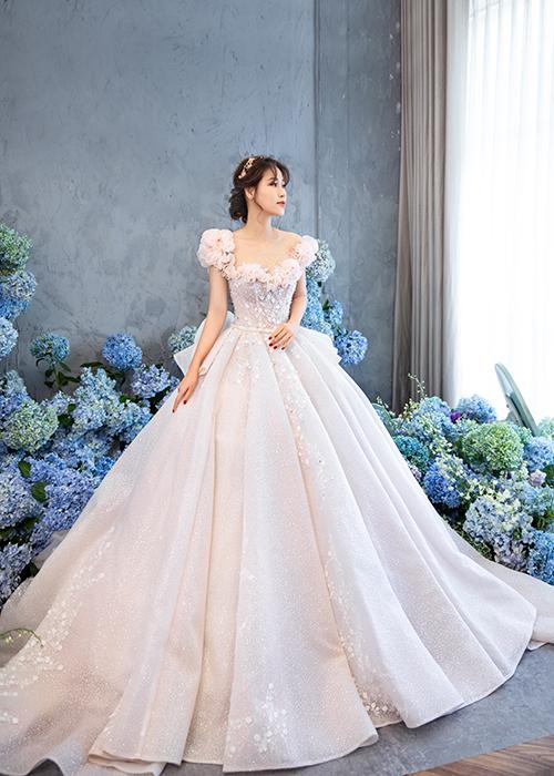 Thân áo được may bằng vải organza cao cấp giúp phom váy bồng bềnh, lộng lẫy.