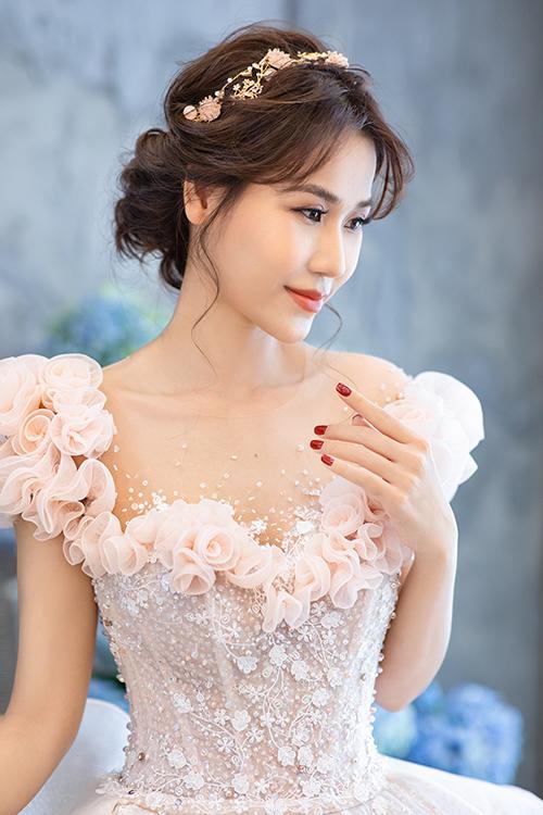 Chiếc váy áp dụng kỹ thuật đính kết hoa 3D, điểm trên vai áo.