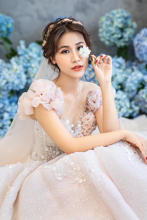 Đạo diễn, diễn viên My Trần vừa có dịp trở thành cô dâu khi diện váy cưới lấy ý tưởng từ các đoá hoa khoe sắc trong vườn hoa mùa hạ.