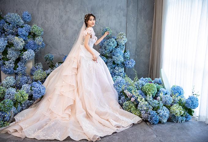 Đuôi váy được đính kết hoạ tiết lấy cảm hứng từ váy dạ hội châu Âu.