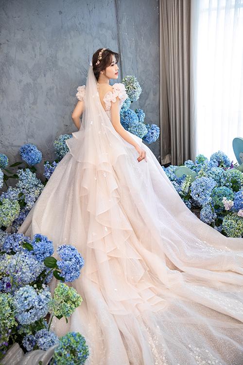 Váy cưới cầu kỳ khiến nàng dâu như hóa thành cô tiên hoa đang dạo chơi trong khu vườn mùa hạ trong ngày trọng đại của chính mình.